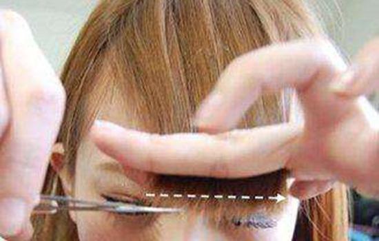【美天棋牌】剪齐刘海最简单的方法 齐刘海适合什么脸
