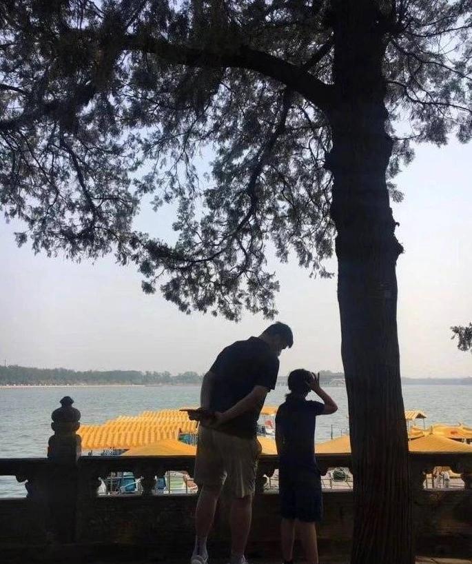 【美天棋牌】姚明带女儿逛颐和园被偶遇 网友:父女两都好高